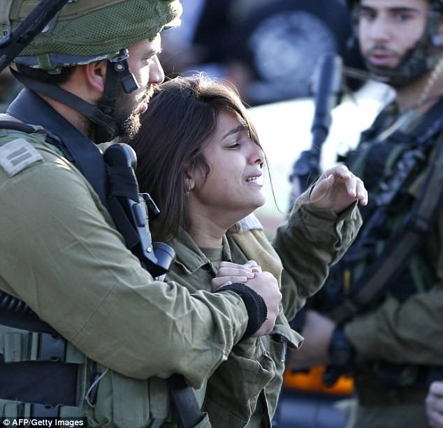 Nữ binh sĩ Israel bật khóc khi biết tin đồng đội bị đâm chết - anh 1