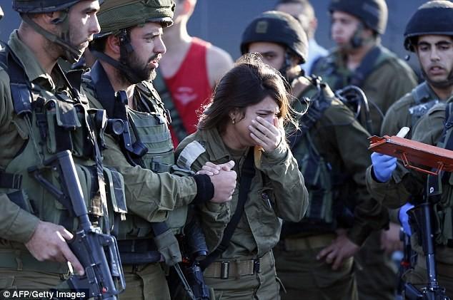 Nữ binh sĩ Israel bật khóc khi biết tin đồng đội bị đâm chết - anh 2