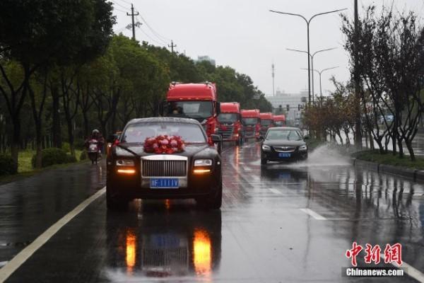 Tổ chức đám cưới xa xỉ với xe Roll-Royce dẫn đầu và 8 xe container - anh 1