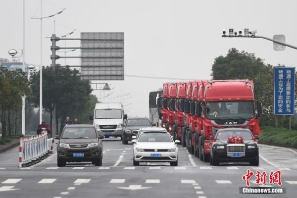 Tổ chức đám cưới xa xỉ với xe Roll-Royce dẫn đầu và 8 xe container - anh 3