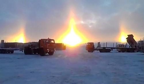 Kỳ lạ cảnh tượng 3 mặt trời mọc cùng lúc ở Nga - anh 1