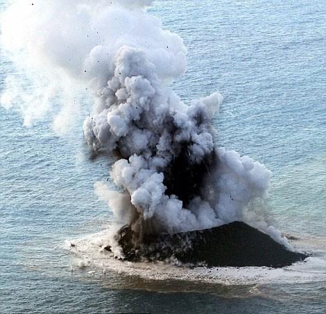 Hòn đảo trồi lên giữa biển, mở rộng kích thước gấp 12 lần sau 2 năm - anh 1