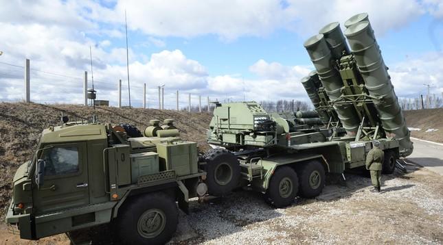 Nga: Tên lửa phòng không S-400 đã sẵn sàng khai hỏa trên bầu trời Syria - anh 1