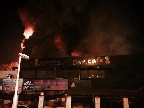 Cháy lớn tại bar Luxury Hà Nội: Hàng trăm người la hét, tháo chạy - anh 1
