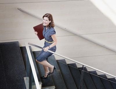 5 lợi ích tuyệt vời khi bạn đi thang bộ thay vì thang máy - anh 1