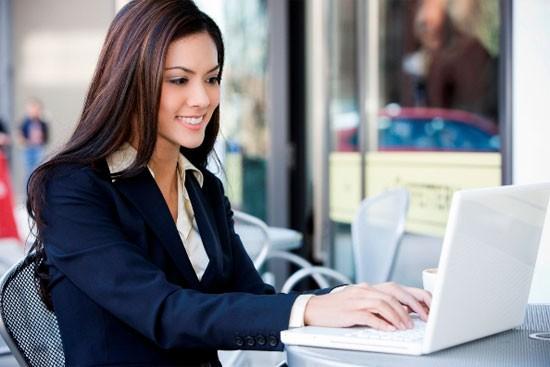 Các bạn gái ngồi máy tính nhiều nên bảo vệ da bằng cách nào? - anh 1