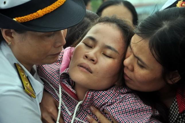 Xúc động cảnh người thân đón chiến sĩ nhà giàn hy sinh trên biển về đất mẹ - anh 2