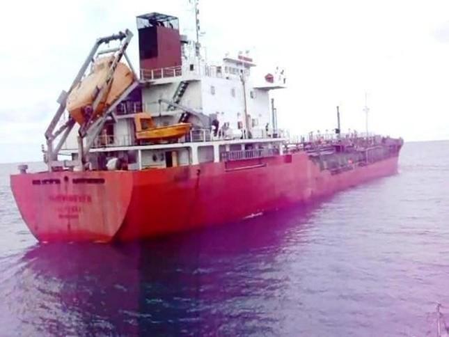 Lực lượng Cảnh sát biển tiếp cận tàu Sunrise 689 để lai dắt về Vũng Tàu - anh 1