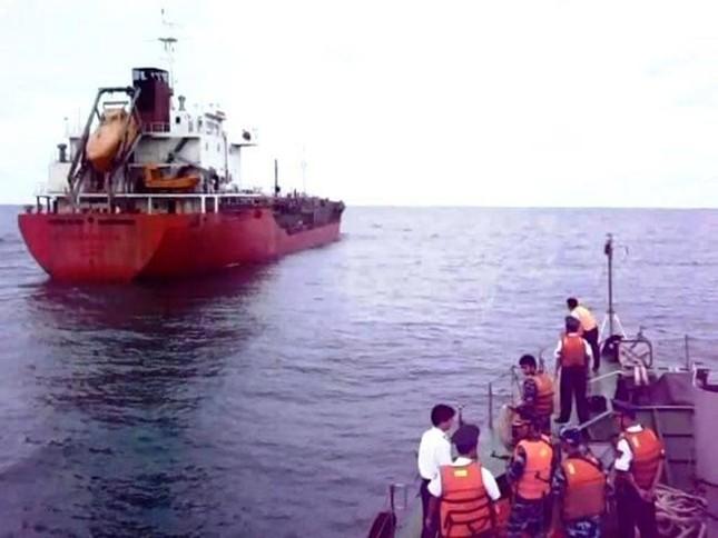 Lực lượng Cảnh sát biển tiếp cận tàu Sunrise 689 để lai dắt về Vũng Tàu - anh 2
