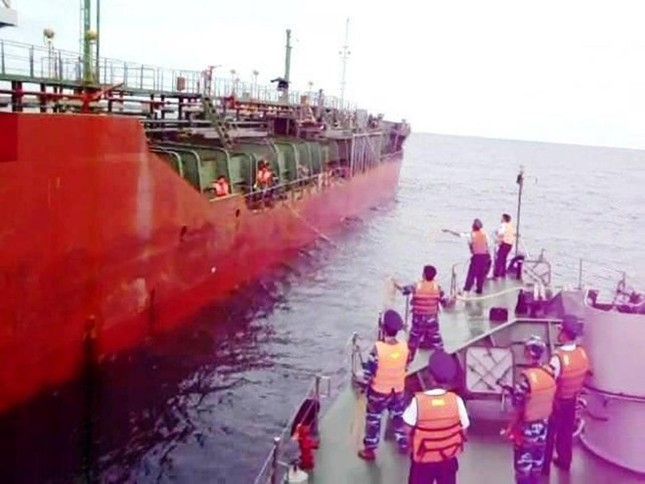 Lực lượng Cảnh sát biển tiếp cận tàu Sunrise 689 để lai dắt về Vũng Tàu - anh 3