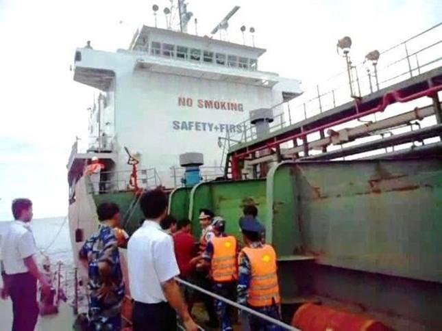 Lực lượng Cảnh sát biển tiếp cận tàu Sunrise 689 để lai dắt về Vũng Tàu - anh 4