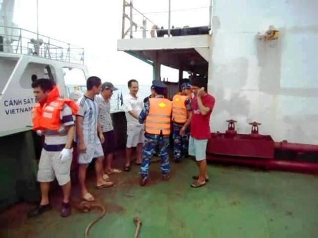 Lực lượng Cảnh sát biển tiếp cận tàu Sunrise 689 để lai dắt về Vũng Tàu - anh 6