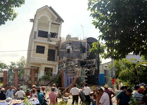 Bình Dương: Làm rõ nguyên nhân vụ sập nhà 4 tầng khiến nhiều người hoảng loạn - anh 2
