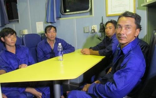 Tàu cá bị tàu lạ đâm chìm: Các thuyền viên kể lại giây phút kinh hoàng - anh 1