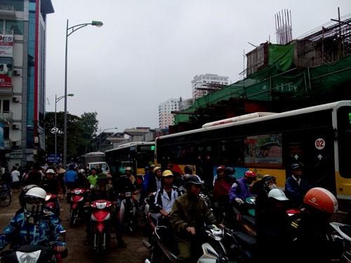 Hà Nội: Vật liệu làm đường sắt trên cao rơi trúng, 2 người chết thảm - anh 2