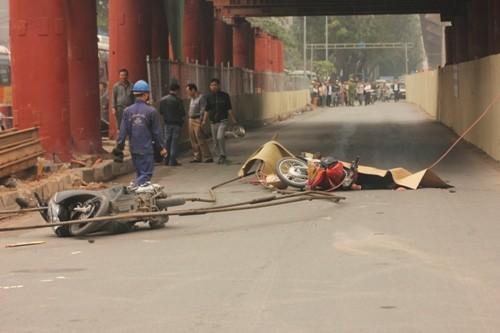 Hà Nội: Vật liệu làm đường sắt trên cao rơi trúng, 2 người chết thảm - anh 1