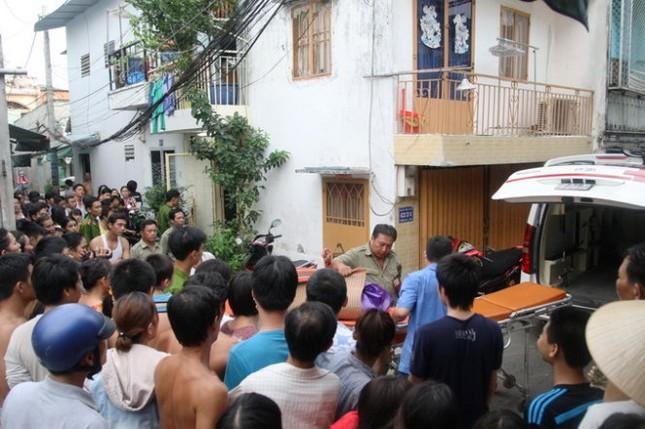 Người phụ nữ bị cắt cổ, chết gục trước cửa nhà - anh 1