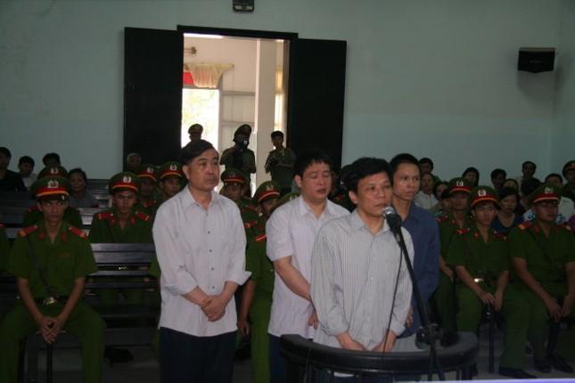 """Xét xử sơ thẩm vụ tham ô khi sửa chữa ụ nổi M83: Dương Chí Dũng thừa nhận """"được biếu"""" 150 triệu đồng - anh 2"""