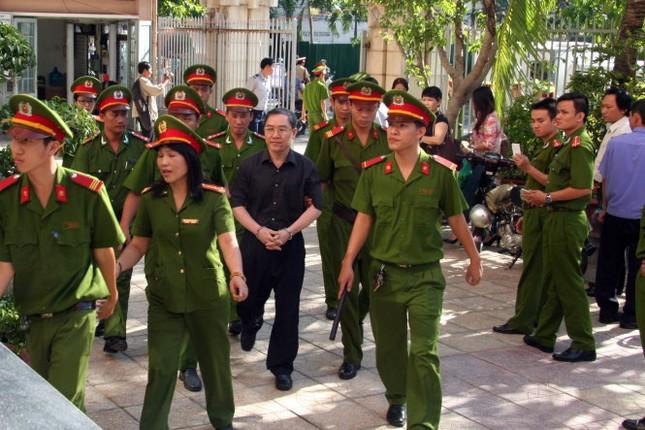 """Xét xử sơ thẩm vụ tham ô khi sửa chữa ụ nổi M83: Dương Chí Dũng thừa nhận """"được biếu"""" 150 triệu đồng - anh 1"""