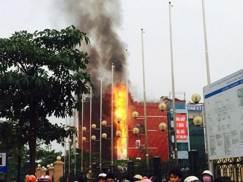Hà Nội: Cháy lớn tại quán karaoke Sao Xanh trên đường Hồ Tùng Mậu - anh 1