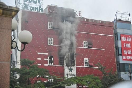 Hà Nội: Cháy lớn tại quán karaoke Sao Xanh trên đường Hồ Tùng Mậu - anh 2