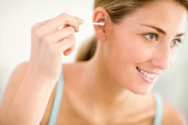Hiểm họa khôn lường khi dùng tăm bông ngoáy tai - anh 1
