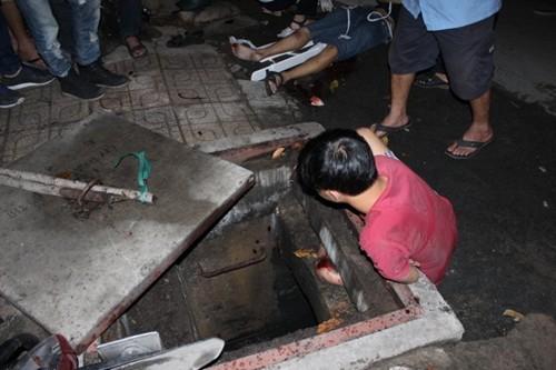 TP. HCM: Giải cứu nam thanh niên bị kẹt chân dưới khe cống thoát nước - anh 1