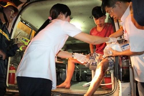 TP. HCM: Giải cứu nam thanh niên bị kẹt chân dưới khe cống thoát nước - anh 2