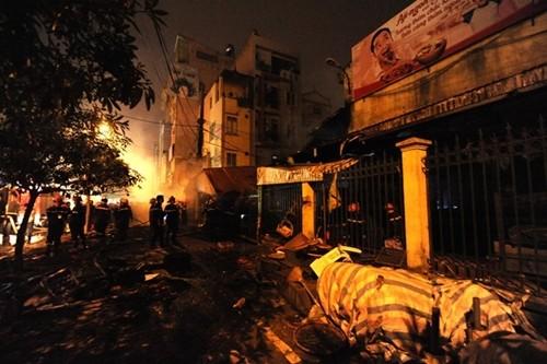 Hà Nội: Cháy chợ Cầu Diễn trong đêm, khu phố náo loạn - anh 1