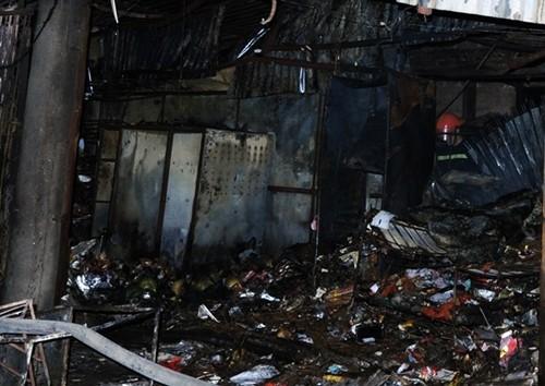 Hà Nội: Cháy chợ Cầu Diễn trong đêm, khu phố náo loạn - anh 3