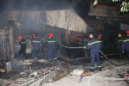 Hà Nội: Cháy chợ Cầu Diễn trong đêm, khu phố náo loạn - anh 2