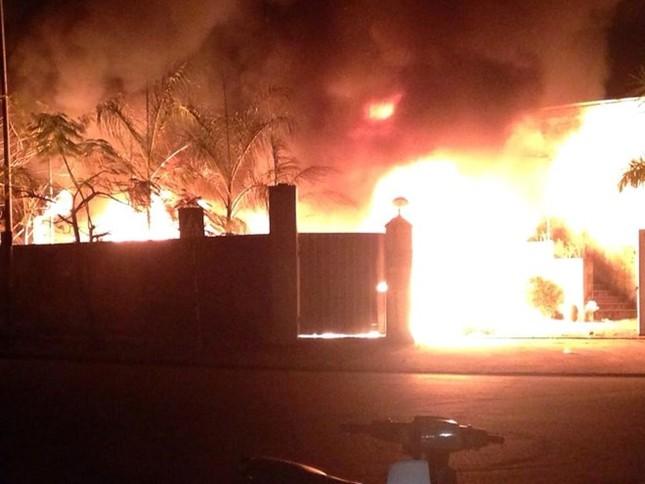 Hà Nội: Hỏa hoạn thiêu rụi kho hàng 100m2 trong đêm - anh 1