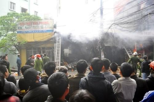 Hà Nội: Cháy lớn 2 xưởng gỗ trên đường Đê La Thành - anh 1
