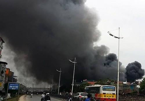 Hà Nội: Cháy chợ Nhật Tân giữa trưa, nhiều tiểu thương náo loạn - anh 1