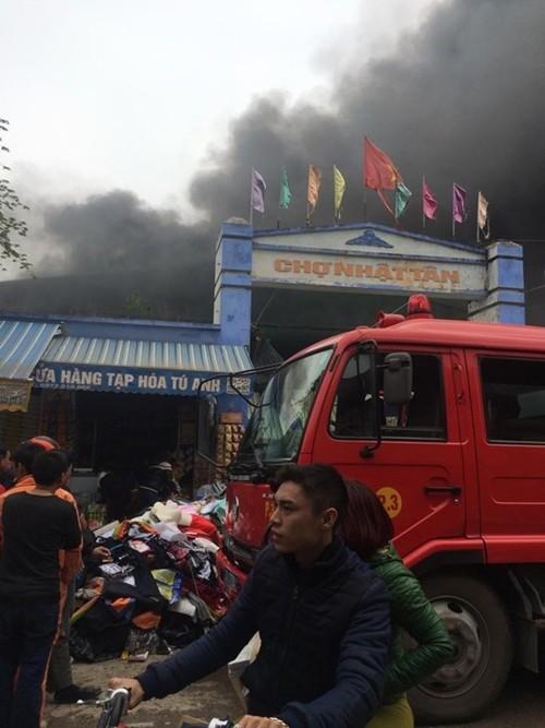 Hà Nội: Cháy chợ Nhật Tân giữa trưa, nhiều tiểu thương náo loạn - anh 4