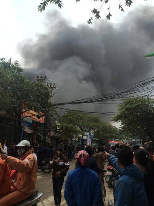 Hà Nội: Cháy chợ Nhật Tân giữa trưa, nhiều tiểu thương náo loạn - anh 2