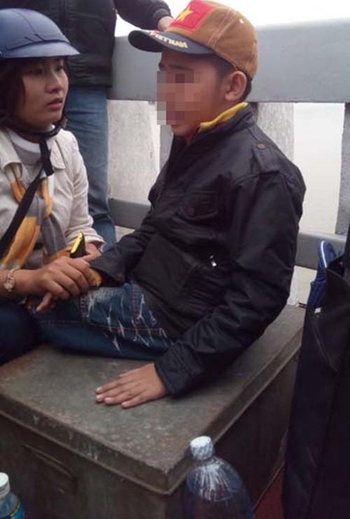 """Bản tin """"113+"""": Bỏ con trên cầu, bố lao xuống sông tự vẫn; Nam thanh niên làm loạn sân bay Nội Bài - anh 2"""