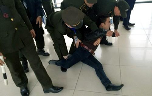 """Bản tin """"113+"""": Bỏ con trên cầu, bố lao xuống sông tự vẫn; Nam thanh niên làm loạn sân bay Nội Bài - anh 3"""