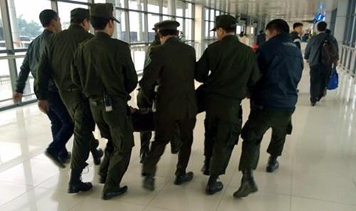 """Bản tin """"113+"""": Bỏ con trên cầu, bố lao xuống sông tự vẫn; Nam thanh niên làm loạn sân bay Nội Bài - anh 4"""