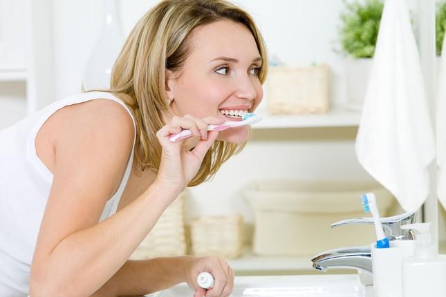 Có nên thay đổi thói quen đánh răng sau khi ngủ dậy? - anh 1