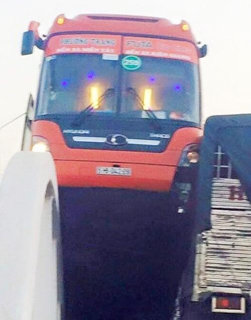 Cần Thơ: Xe Phương Trang lao thẳng lên thành cầu, hàng chục hành khách hoảng hốt - anh 2