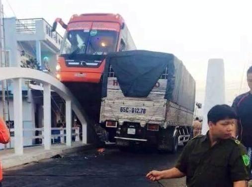 Cần Thơ: Xe Phương Trang lao thẳng lên thành cầu, hàng chục hành khách hoảng hốt - anh 1