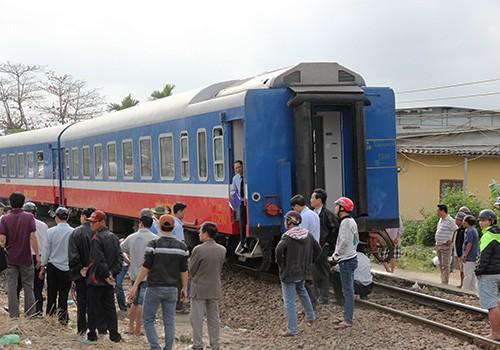 Tàu hỏa từ TP. HCM đi Hà Nội trật bánh khỏi đường ray - anh 1