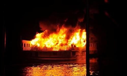 Cháy tàu du lịch trên Vịnh Hạ Long, 25 người được giải cứu - anh 1