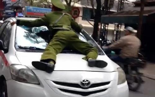 """Bản tin """"113+"""": Thanh niên chết trong tư thế treo cổ bên hông nhà; Tài xế hãng taxi Group hất cảnh sát lên nắp ca pô - anh 5"""