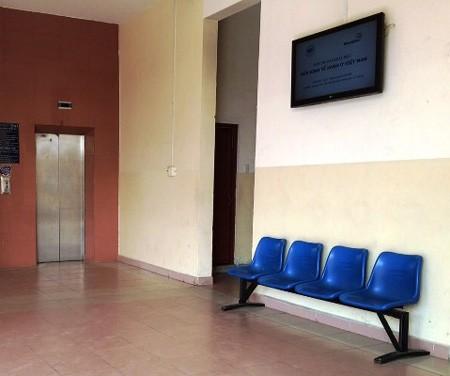 Truy bắt hung thủ tạt a xít nữ sinh viên ngay tại trường - anh 1