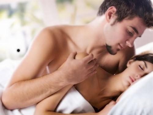 Những lợi ích bất ngờ của việc ngủ nude - anh 2