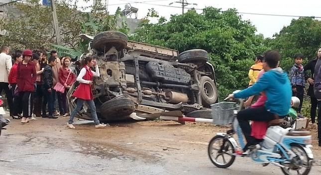 Ô tô 7 chỗ đâm hàng loạt gốc cây, 4 người bị thương - anh 1