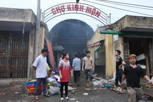 Hải Dương: Hỏa hoạn lớn tại chợ Kinh Môn do hóa vàng, gần 100 ki-ốt bị thiêu rụi - anh 1