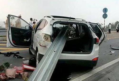 Xe hộp mất lái đâm xuyên lan can cao tốc Nội Bài - Lào Cai, 3 người thương vong - anh 1